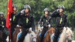 Hình ảnh đoàn kỵ binh CSCĐ diễu hành qua tòa nhà Quốc hội