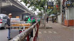 """Hà Nội: Barie chặn """"đứng"""" xe máy lên vỉa hè, người đi bộ an toàn"""