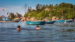Quảng Ngãi: Kỳ diệu, biến bãi biển ngập rác thành nơi tấp nập người bơi lội