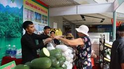 Dân Hà Nội thích thú đến mua bí xanh thơm, gạo Japonica, thịt lợn đen Bắc Kạn