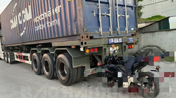 Nam thanh niên tông vào sau xe container, tử vong ngay trên yên xe máy