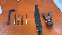 Tên trộm dùng dao tấn công cảnh sát khi bị vây bắt ở TP.HCM