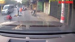 Video: Đi xe máy phanh gấp ngã ra đường bị xe khác chèn qua người kinh hoàng