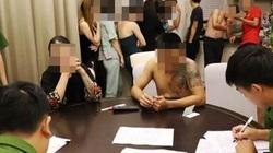"""15 cô gái cùng nhóm bạn trai """"thác loạn"""" trong khách sạn"""