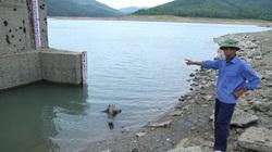 """Hồ nước ngọt """"khủng"""" nhất Quảng Ninh cạn trơ đáy, thậm chí đi bộ tới tận cửa nhận nước"""