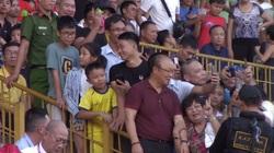 Hàng trăm người hâm mộ dành nhau chụp hình với thầy Park trên sân Vinh