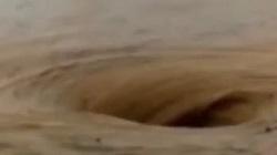 Kinh hoàng xoáy nước khổng lồ giữa biển lũ ở Trung Quốc ai xem cũng lạnh gáy