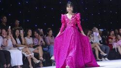 Lynk Lee diện đầm màu tím hồng, đi catwalk trên sàn diễn thời trang