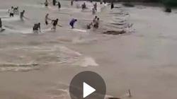Video: Hồ chứa xả lũ, dân làng TQ đổ xô bắt cá khủng giữa biển nước cuồn cuộn