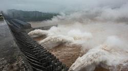 """Nước cuồn cuộn đổ về, đập Tam Hiệp """"an toàn vượt qua đỉnh lũ"""""""