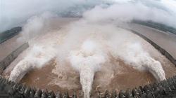 Cảnh tượng nước lũ đục ngầu đổ về hồ chứa Tam Hiệp, 14 người chết thương tâm