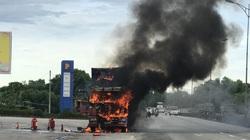 Xe đầu kéo bốc cháy dữ dội cạnh cây xăng trên quốc lộ