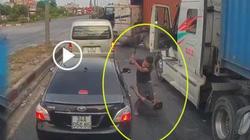 Video: Hai tài xế container lao vào đánh nhau sau va chạm ở Hải Dương