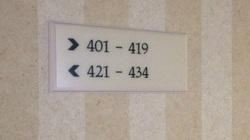 Vì sao phòng khách sạn thường không có số 420?