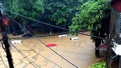 """Mưa lớn khiến TP.Hà Giang """"thất thủ"""", nhiều xe hơi ngập bồng bềnh trong nước"""