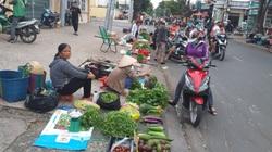 Bức xúc tình trạng họp chợ chiếm dụng lòng lề đường