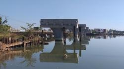 """Quảng Nam: Cầu 150 tỷ xây 4 năm ì ạch, dân """"nhắm mắt"""" ở nhà nứt toác"""