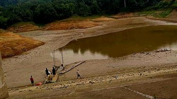 Lạng Sơn: Nắng nóng suốt 2 tháng làm ruộng lúa nứt toác, ao hồ cạn khô trơ cả đá