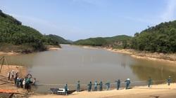 """Quảng Ninh: Cận cảnh lắp bơm dã chiến trên hồ nước ngọt """"khủng"""" đang ngấp nghé mực nước """"chết"""""""