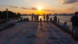 Chiêm ngưỡng hoàng hôn đẹp như mơ từ ga thủy phi cơ bỏ hoang ở Hà Nội