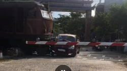 """Video: Cận cảnh ô tô """"thông"""" gác chắn bị tàu hỏa húc văng kinh hoàng"""