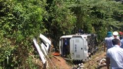 ẢNH - CLIP: Hiện trường tang thương vụ lật xe khách, nhiều người thương vong ở Quảng Bình