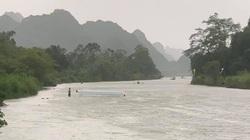 Lật đò chở 4 người tại chùa Hương do giông lốc bất ngờ