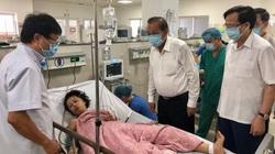 Phó Thủ tướng Trương Hòa Bình tới bệnh viện thăm các nạn nhân trong vụ tai nạn ở Quảng Bình