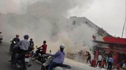 Ô tô 5 chỗ bất ngờ bốc cháy cạnh cây xăng, nhiều người hoảng sợ