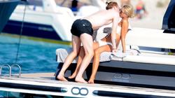 Ngôi sao số 1 Dortmund tình tứ bên bạn gái trên du thuyền
