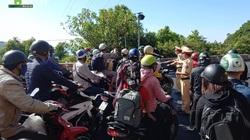 Hàng trăm xe máy ùn ứ trên đỉnh đèo Hải Vân