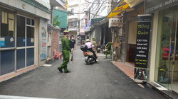 Ảnh: Đang phong tỏa khu vực có ca nghi nhiễm Covid-19 ở Hà Nội