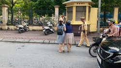 Bị tố ra giữa đường kéo ngã 2 phụ nữ đi xe máy, CSGT Hà Nội nói gì?