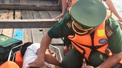 Điều ca nô đưa thuyền viên bị nạn vào bờ