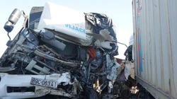 Sau cú đâm trực diện, đầu xe tải và container bị vò nát, 3 người thương vong