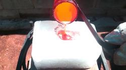 Đổ đồng nóng chảy vào một tảng băng, điều gì sẽ xảy ra?