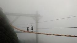 Thót tim vượt qua cầu treo vắt vẻo trên núi cao ở Sapa