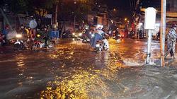Người Sài Gòn vật lộn với nước ngập trên đường lúc nửa đêm