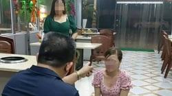 Clip: Rùng mình cảnh chủ quán bắt cô gái quỳ lạy vì chê đồ ăn bẩn