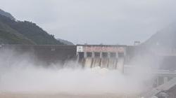 Lo ngại mưa do bão số 4, hồ Lai Châu xả 5 cửa xả mặt