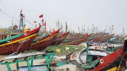 Bão số 2: Ngư dân Nghệ An hối hả đưa tàu, thuyền về cảng Lạch Vạn