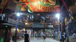 Nghỉ kinh doanh do dịch Covid-19, quán Bar giữa phố cổ Hà Nội chuyển thành nơi chơi cầu lông, đá cầu