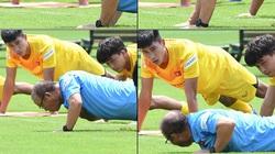 HLV Park Hang-seo hít đất làm mẫu, phạt học trò gập bụng vì làm không đúng