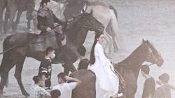 """""""Nữ hoàng cổ trang Trung Quốc"""" kiêu dũng trên lưng ngựa, lộ tạo hình trong dự án phim mới"""
