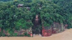 Trung Quốc: Lũ lớn sầm sập đổ về ngập cả chân tượng khổng lồ có từ đời Đường, cao 71m