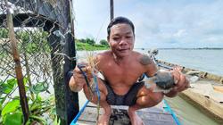 Dị nhân tay không bắt cá trên sông Vàm Nao