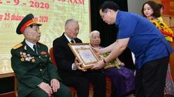 Bí thư Hà Nội Vương Đình Huệ trao Huy hiệu Đảng cho đảng viên quận Hoàn Kiếm