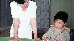 Lộ ảnh hiếm ông Kim Jong-un thời bé hồn nhiên bên mẹ