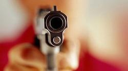 NÓNG: Nhân viên đang ngồi trong quán cà phê, bất ngờ bị bắn 3 phát súng
