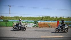 Tuyến đê mọc đầy cỏ dại biến thành con đường bích họa dài nhất Hà Nội